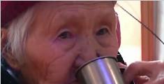 92岁老太每天一斤白酒 从来不喝白开水
