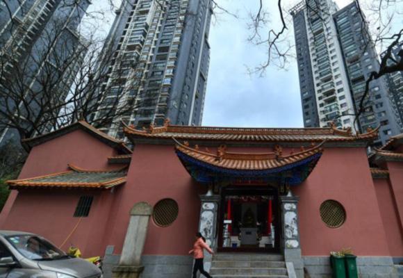 昆明一小区内现寺庙 被高层住宅包围