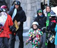 小七自抱滑雪板满脸严肃 一米以内必有奶爸