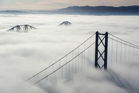 """英工人福斯桥上俯拍""""云海"""" 仙雾笼罩"""
