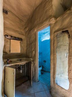 废弃泡沫建筑外形怪异与自然融为一体