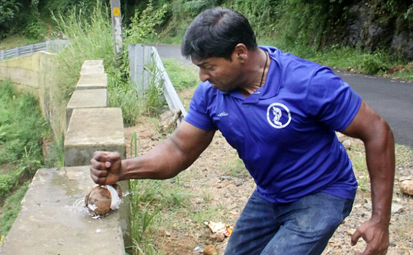 印男子一分钟徒手敲碎124个椰子刷新世界纪录