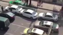 夫妻吵架 妻子车流中数次倒车猛撞丈夫车辆