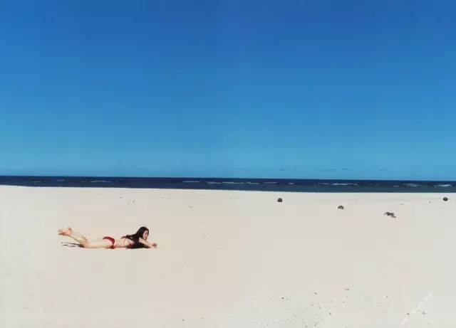 随便这么趴在沙滩上直接就是一幅画.图片