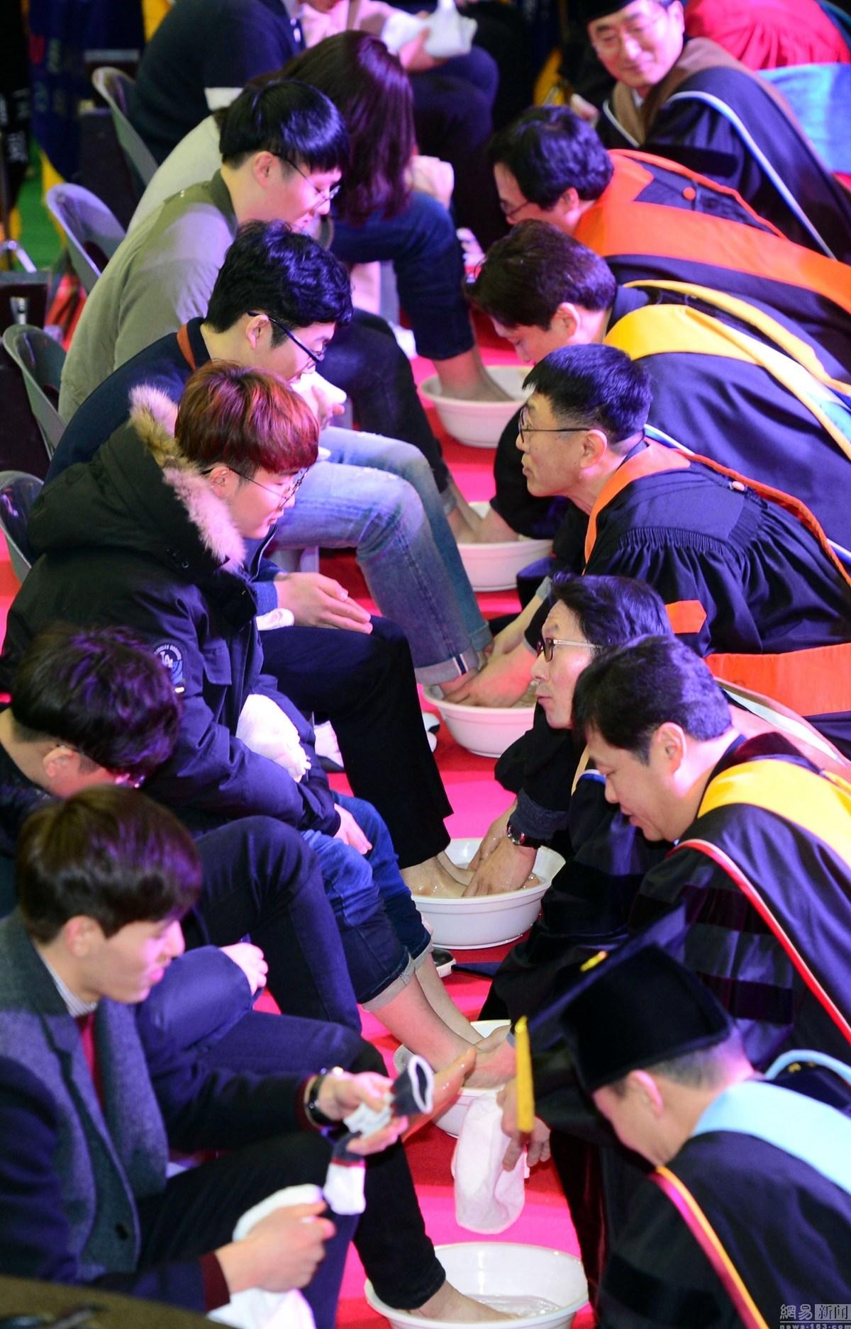 韩国教授为学生洗脚_韩国大学校长教授为新生洗脚 表达关爱_留学_环球网
