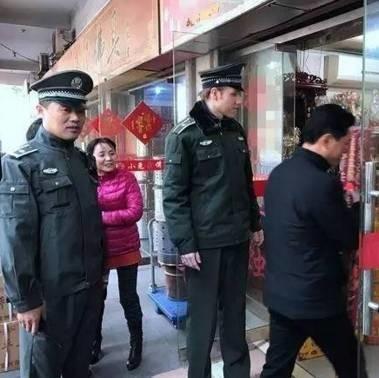 搞促销被城管制止 俄罗斯小伙在江苏体验当城管舌战小贩