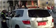 婚车用喜联贴住车牌 驾驶员因遮挡号牌被扣12分