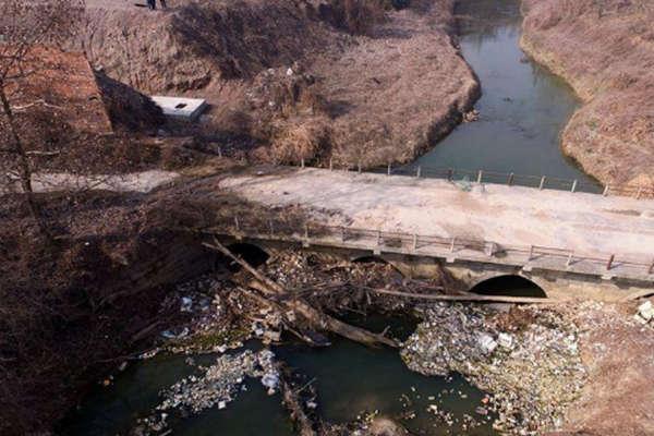 西安一古桥下垃圾成堆 相传已有200多年历史