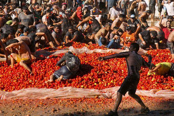 """智利上演""""番茄大战"""" 狂欢民众红色海洋乐翻天"""