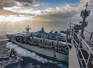 丹麦新锐战舰和航母并排补给