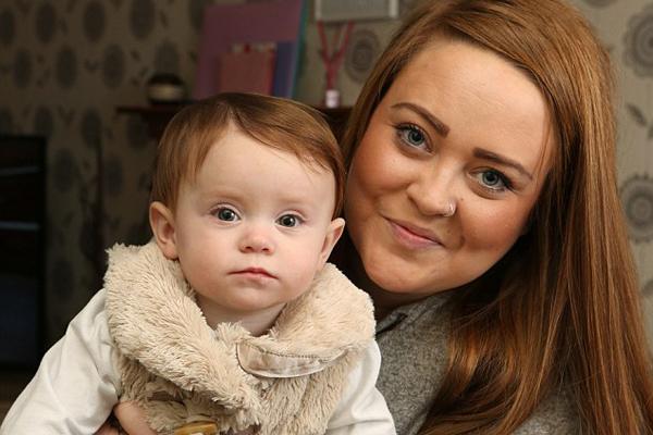 """英年轻母亲患脑膜炎致""""失忆"""" 产后忘记亲生女儿"""