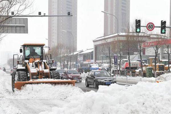 辽宁迎今年以来最强降雪 铲车出动清雪