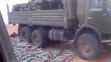 士兵清理弹壳没想到有枚真炮弹 扔下立即爆炸