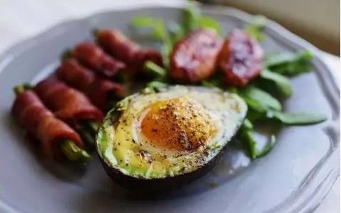 煮妇们,好吃的牛油果烤鸡蛋来啦