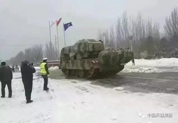 内蒙古大雪后惊现扫雪神器:坦克加飞机发动机