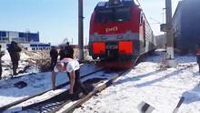 俄大力士拉动288吨火车 刷新世界纪录