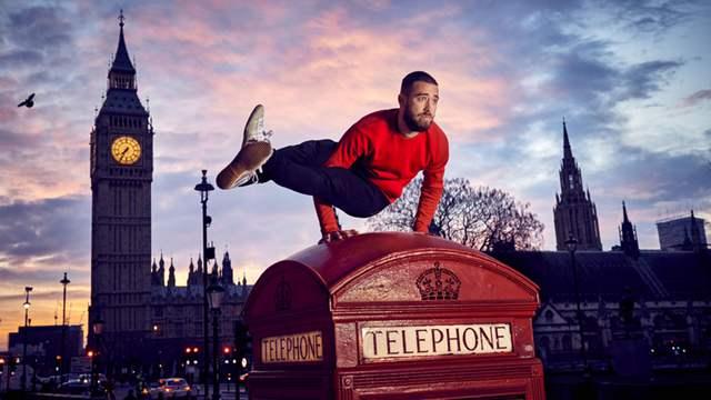 瑜伽男神亮相伦敦街头 展超高难度技能