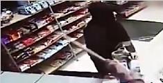 男子拿螺丝刀欲抢劫便利店 被76岁老汉轻松放倒