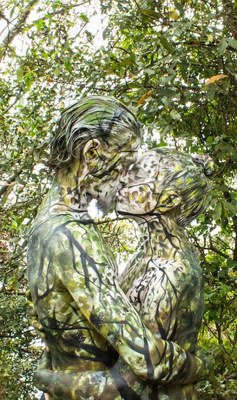 艺术家彩绘情侣融入自然上演浪漫隐身术