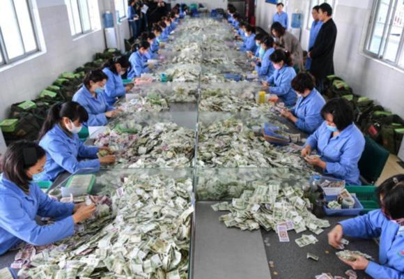 数钱数到手抽筋 昆明公交点钞员每天数钞2万元