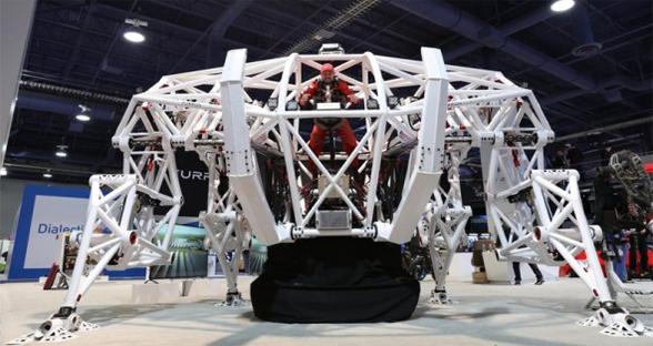 穿上这3吨重的机甲机器人 我们能跳过一辆汽车