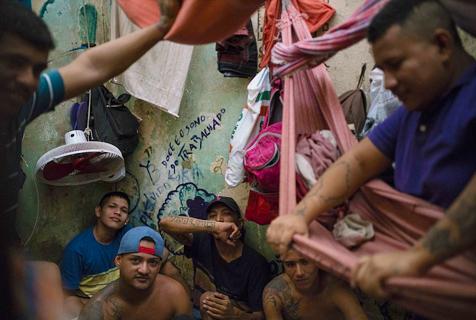 巴西监狱犯罪团伙为招新人血腥互殴厮杀