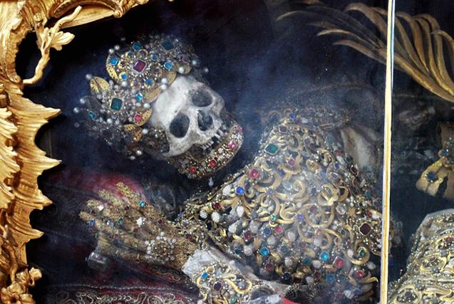 """德国修道院现两具""""史上最奢华骷髅"""""""