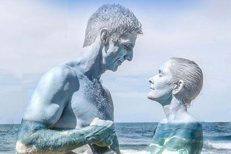 艺术家彩绘情侣融入自然上演隐身术
