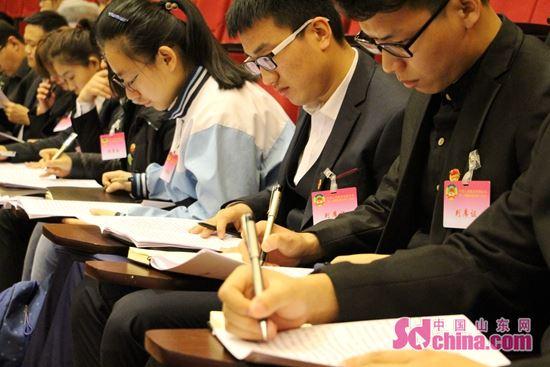 聊城两会上首次出现青少年代表团列席会议