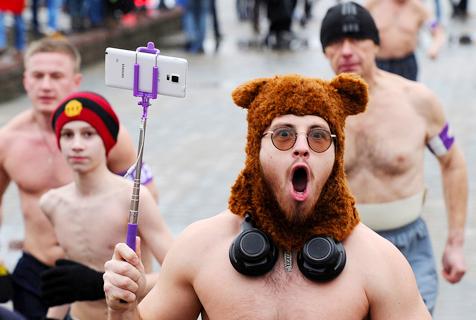 白俄男子赤裸上身跑步庆祖国保卫者日