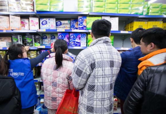 杭州超市打折促销货架被抢空 许多人穿睡衣抢购