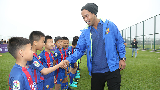 小罗与中国小球员互动 冒雨传授技艺