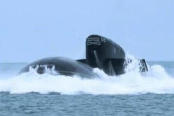 俄军战略核潜艇突然钻出水面