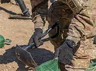 美空降师驻伊拉克用军铲猛刨土