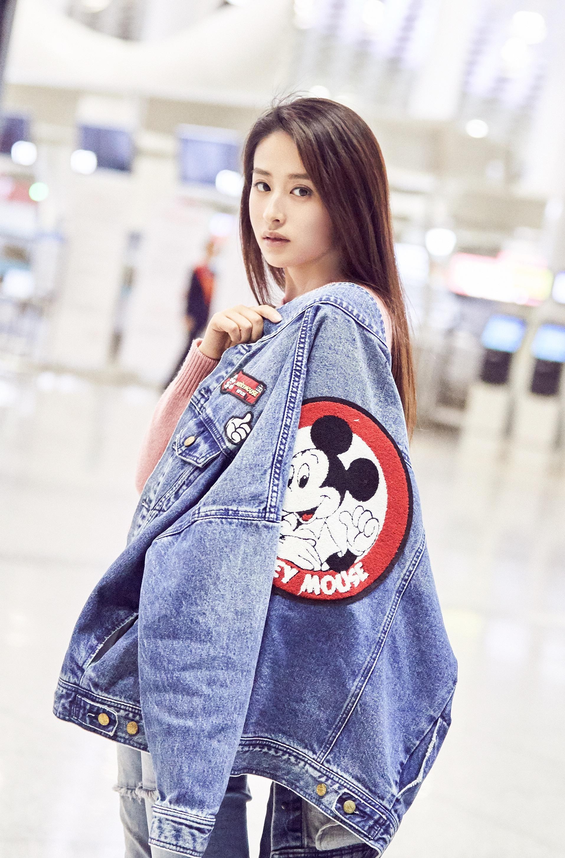 颖儿甜美简搭风现身香港机场