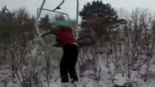 滑雪场突发意外 女孩乘缆车从20米高空坠落