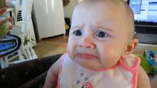 小宝宝第一次尝牛油果 眉头紧皱吃到怀疑人生