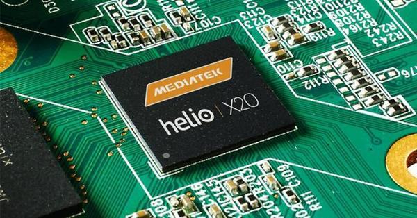 联发科Helio X20 安兔兔数据显示,2016年全球手机新市场中,高通份额高达57.41%、华为海思5.73%。而一直以性能发烧著称的小米将推出首款手机芯片的压力不得而知。 据称,继华为海思麒麟、展讯处理器之后,将在2月28日发布的又一款国产芯片小米松果处理器并没有整合基带,而且其处理器同样为八核A 53架构,性能方面估计也与展讯SC9860相当。 但也有消息称,松果处理器也有高配版,其型号为V970,采用10nm工艺,拥有4个A73核心+4个A53核心,大核主频达到了2.
