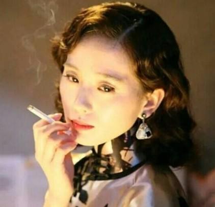 刘诗诗民国造型曝光 拿烟吞云吐雾也美