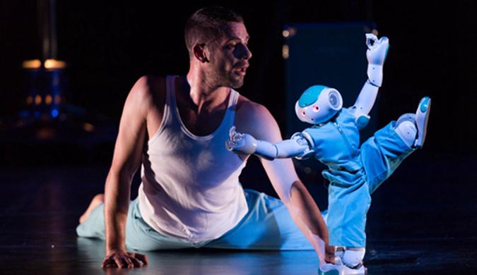 英国伦敦上演机器人舞蹈 与人类共舞灵活呆萌
