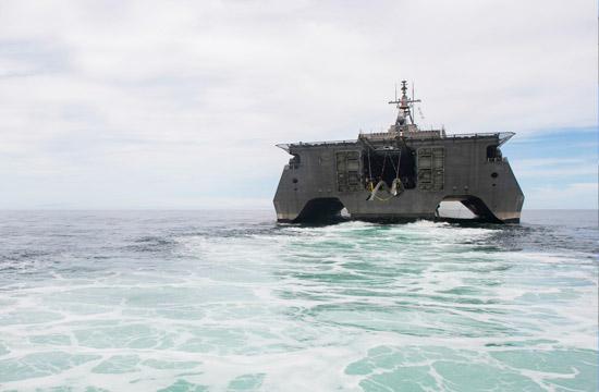 美军三体舰进入南海 投下装备