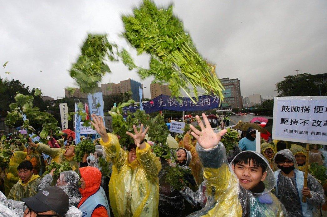 """台抗议群众朝蔡英文办公室投掷""""烂菜"""""""
