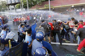 菲民众反杜大游行 与警察发生激烈冲突
