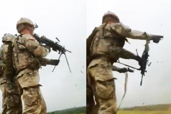 美军士兵打枪玩脱差点射到自己
