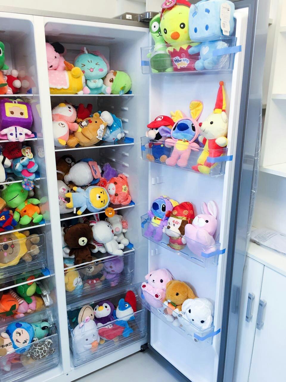 来自@追风少女杨清新- 的投稿,一只装满玩偶的冰箱