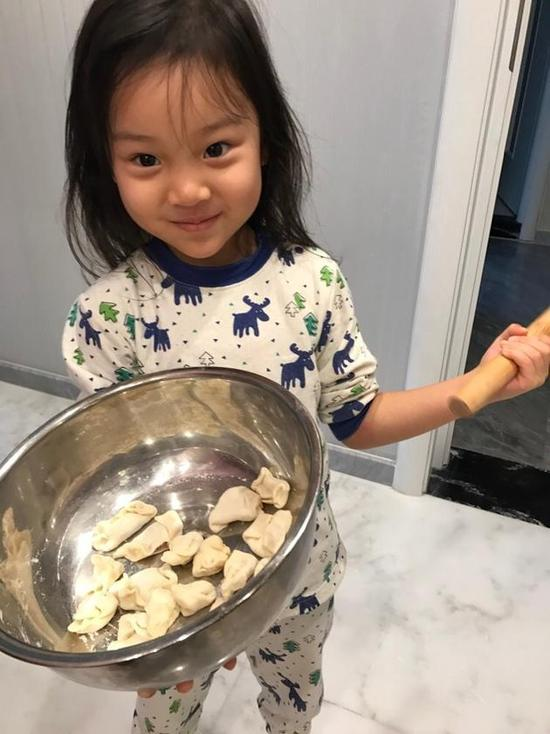 贴心小棉袄!贾乃亮将出门 甜馨早起为爸爸包饺子