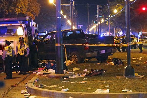 美国醉汉驾车冲撞游行观众 致28人受伤