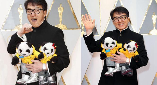成龙亮相奥斯卡获终身成就奖 举熊猫玩偶卖萌