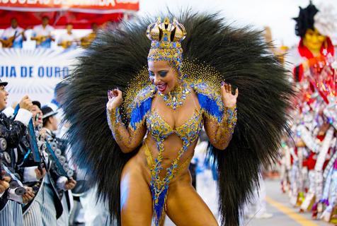 巴西狂欢节热辣吸睛 民众盛装游行