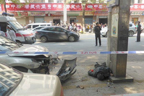 广西梧州小车冲上路边撞等公交人群一死六伤